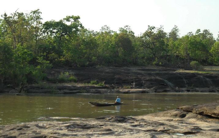 Mann im fluss am fischen