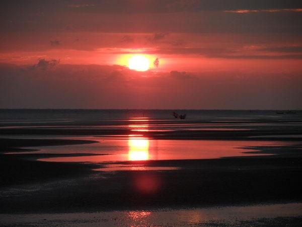 sonnenuntergang über dem Meer in thailand