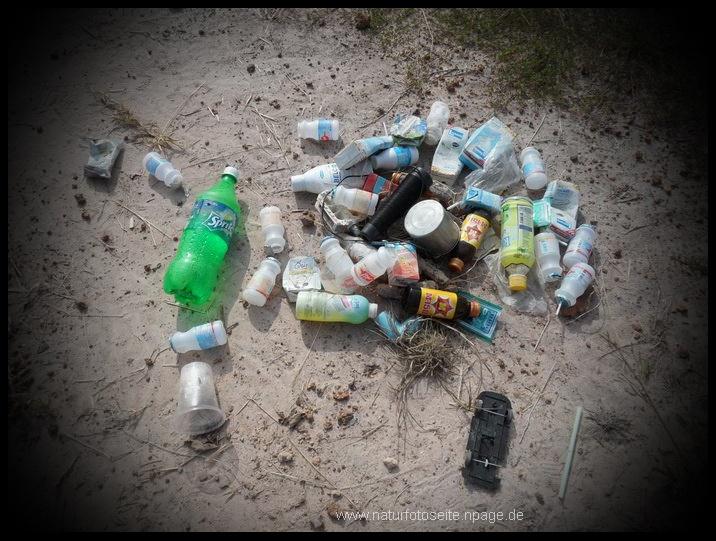 umweltsünden plastik im Sand am meer
