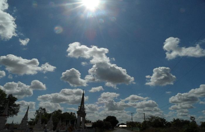 wolkenbilder hinter dem tempel mit sonne
